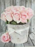 Rétros fleurs de roses sur le fond en bois Image stock