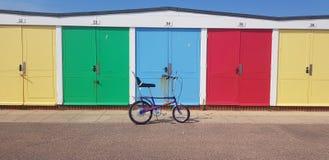 Rétros huttes de plage de couperet images stock