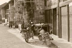 Rétros motocyclettes dans la ville antique de Xingping, Chine Images stock