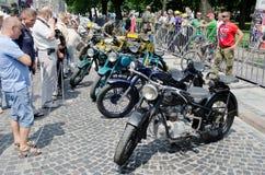 Rétros motos en gros plan sur l'affichage dehors dans Lvov Photo libre de droits