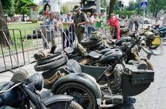 Rétros motos en gros plan sur l'affichage dehors dans Lvov Photos stock