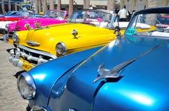 Rétros voitures à La Havane Images stock