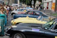 Rétros voitures dans une rangée sur l'affichage dehors dans Lvov Photo stock