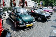 Rétros voitures dans une rangée sur l'affichage dehors dans Lvov Images stock