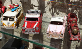 Rétros voitures de jouet dans la boutique Image stock
