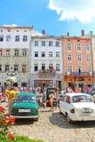 Rétros voitures sur la place du marché à Lviv, Ukraine Photo libre de droits