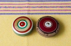 Rétros yo-yo en bois sur la nappe jaune