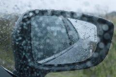 Rétroviseur de voiture avec des gouttes de pluie photos libres de droits