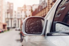 Rétroviseur latéral sur une voiture moderne Baisses pluvieuses de l'eau sur le verre photographie stock libre de droits