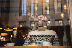 Réunion affectueuse espiègle de couples dans le cafétéria Photos libres de droits