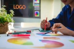 Réunion créative graphique de personnes de concepteur au sujet de nouveau site Web de projet concept de construction de graphique photos stock