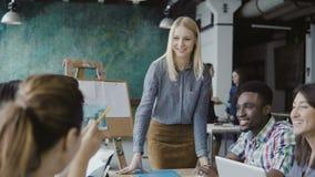 Réunion d'équipe d'affaires au bureau moderne Jeune groupe de personnes de métis créatif discutant de nouvelles idées avec le dir Photographie stock