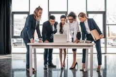 Réunion d'équipe d'affaires dans le bureau, concept d'équipe de séance de réflexion Photographie stock libre de droits
