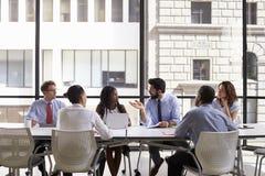 Réunion d'équipe d'entreprise constituée en société dans un bureau ouvert moderne de plan Images stock