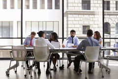 Réunion d'équipe d'entreprise constituée en société dans un bureau ouvert moderne de plan Image stock