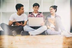 Réunion d'équipe de jeune entreprise ou étude de groupe d'étudiants Photos stock