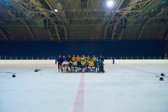 Réunion d'équipe de joueurs de hockey de glace avec l'entraîneur Images libres de droits