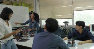 Réunion d'équipe d'ingénieur électronicien, collaborant sur la construction du robot dans l'atelier banque de vidéos