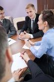 Réunion d'affaires à côté de table de conférence photo stock