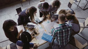 Réunion d'affaires au bureau moderne Vue supérieure du groupe de personnes multiracial travaillant près de la table ensemble Images libres de droits