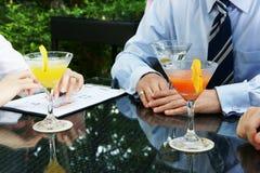 Réunion d'affaires au-dessus de cocktail Images stock