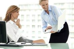 Réunion d'affaires avec des femmes seulement Photos stock