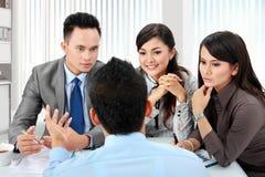 Réunion d'affaires dans le bureau photo libre de droits