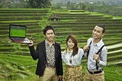 Réunion d'affaires dans le paysage de gisement de riz. Images stock