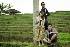 Réunion d'affaires dans le paysage de gisement de riz. Photos stock