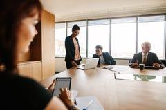 Réunion d'affaires dans un bureau moderne Image libre de droits
