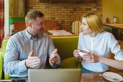 Réunion d'affaires dans un café l'homme et la femme heureux ou réussis négocient Photos stock