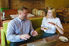 Réunion d'affaires dans un café l'homme et la femme heureux ou réussis négocient Photo stock