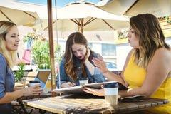 Réunion d'affaires de café avec 3 jeune Millennials photo stock