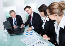 Réunion d'affaires pour l'analyse statistique Photographie stock