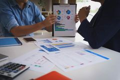 Réunion d'homme d'affaires avec de nouveaux diagrammes de démarrage et graphiques de données de discussion et d'analyse de graphe images libres de droits