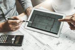 Réunion d'ingénieur et à l'aide du comprimé numérique pour le projet architectural et travail avec l'ingénierie d'associé sur le  photo stock