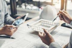 Réunion d'ingénieur et à l'aide du comprimé numérique pour le projet architectural et travail avec l'ingénierie d'associé sur le  image stock