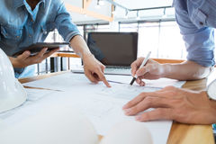 Réunion d'ingénieur pour le projet architectural Travail avec l'associé image stock
