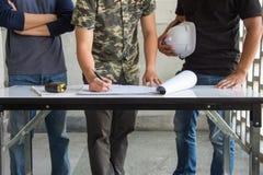Réunion d'ingénieur pour prévoir le projet architectural image libre de droits