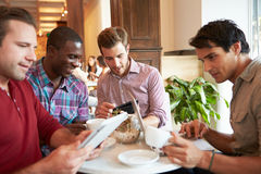 Réunion de couples dans le restaurant occupé de café Image stock