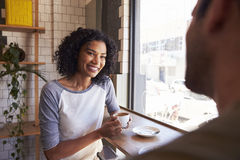 Réunion de couples pour la date dans le café Photographie stock
