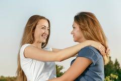 Réunion de deux amies Photographie stock libre de droits