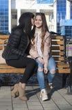 Réunion de deux jeunes femmes - amies Photo libre de droits