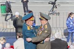 Réunion de deux vieux amis de généraux sur la célébration Images stock