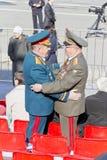 Réunion de deux vieux amis de généraux sur la célébration sur Vic annuel Photo stock