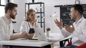 Réunion de discussion d'homme d'affaires Team pour le début réussi fonctionnant dans le bureau banque de vidéos
