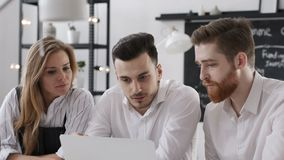 Réunion de discussion de groupe d'affaires pour Team Work Plan dans le bureau créatif