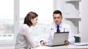 Réunion de docteur et de jeune femme à l'hôpital clips vidéos