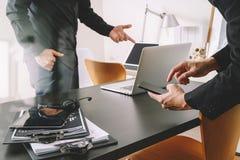 réunion de fonctionnement de Co, homme d'affaires deux utilisant le casque de VOIP avec le latop Images libres de droits