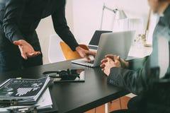 réunion de fonctionnement de Co, homme d'affaires deux utilisant le casque de VOIP avec le latop Photographie stock libre de droits
